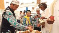 Jemaah haji Indonesia memakai batik saat akan kembali ke Indonesia dari Bandara Prince Mohammed bin Abdulaziz, Madinah. Darmawan/MCH
