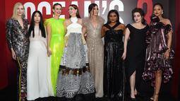 "Penyanyi Rihanna bersama Cate Blanchett, Awkwafina, Sarah Paulson, Anne Hathaway, Sandra Bullock, Mindy Kaling, Helena Bonham Carter menghadiri pemutaran perdana film  ""Ocean's 8"" di Alice Tully Hall di New York (5/6). (AP Photo/Evan Agostini)"