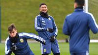 Tawa bek Argentina, Marcos Rojo (tengah) saat berlatih bersama rekan-rekannya di City Football Academy, Manchester, (20/3/2018). Argentina akan melawan Italia pada laga persahabatan di Etihad Stadiu. (AFP/Anthony Devlin)