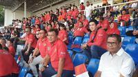 Suporter mendukung perjuangan timnas Indonesia U-22 saat bertemu Thailand di Stadion Rizal Memorial, Mania, Selasa (26/11/2019) (Humas KBRI Manila)