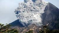 Awan panas terlihat keluar dari puncak Gunung Merapi, diabadikan dari Sidorejo, Kemalang, Klaten, sekitar pukul 06.17 WIB Jumat (29/10). (Antara)