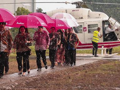 Menteri Koordinator Pembangunan Manusia dan Kebudayaan (PMK) Puan Maharani (kedua kiri) saat tiba dalam acara buka puasa bersama karyawan di PT Tempo Scan Pacific Cikarang, Jawa Barat, Kamis (23/6). (Liputan6.com/Faizal Fanani)