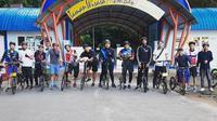 Para pesepak bola nasional kompak bersepeda bersama di Makassar. (Bola.com/Abdi Satria)
