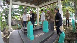 Suasana saat bakal calon gubernur Saifudin Aswari ziarah ke makam Sultan Mahmud Badaruddin di Palembang, Sumatera Selatan, Jumat (26/1). Saifudin Aswari merupakan Bupati Lahat dua periode yang juga Ketua DPD Gerindra Sumsel. (Liputan6.com/Aswari)
