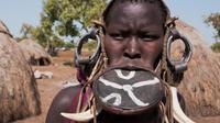Suku mursi yang menganggap wanita cantik jika bibirnya lebar (Sumber foto: dagelan.co)