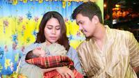 Evi Masamba dan suami dalam acara aqiqah anak perempuannya. (Sumber: Instagram/evi_masamba_real)