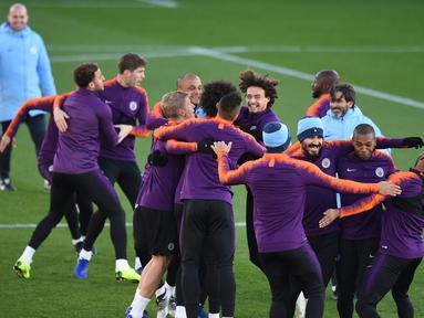 Pemain Manchester City bercanda saat mengikuti sesi pelatihan tim di City Football Academy di Manchester, Inggris (6/11). City akan bertanding melawan wakil Ukraina, Shakhtar Donetsk pada grup F Liga Champions. (AFP Photo/Oli Scarff)