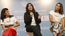 Sissy Pricillia (tengah) memberikan komentar saat konferensi pers AADC2 di Jakarta, Senin (15/2/2016). Rencananya AADC 2 mulai tayang di bioskop mulai 28 April 2016. (Liputan6.com/Immanuel Antonius)