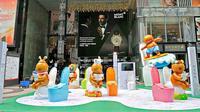 Sebuah perusahaan toilet menebarkan sejumlah BAB di tengah kota untuk mengiklankan produk barunya.