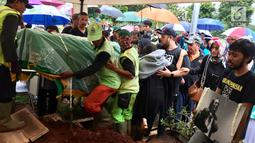 Suasana saat keluarga dan kerabat akan memakamkan musikus Yockie Suryo Prayogo di TPU Karet Bivak, Jakarta, Senin (5/2). Yockie meninggal akibat mengidap penyakit komplikasi. (Liputan6.com/Immanuel Antonius)
