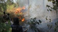 Petugas Gabungan melakukan pemadaman api untuk mencegah perluasan lahan hutan yang terbakar di Gunung Ciremai Kabupaten Kuningan Jawa Barat. Foto (Liputan6.com / Panji Prayitno)