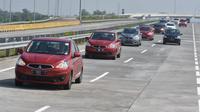 Rombongan media test drive New Mitsubishi Mirage melintasi tol Sidoarjo (ist)