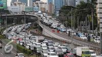 Ratusan kendaraan terjebak kemacetan di tol dalam kota, Jakarta, Kamis (24/12/2015). Libur panjang Natal dan tahun baru yang dimulai hari ini membuat lalu lintas di Jakarta dan sekitarnya terpantau padat. (Liputan6.com/Angga Yuniar)