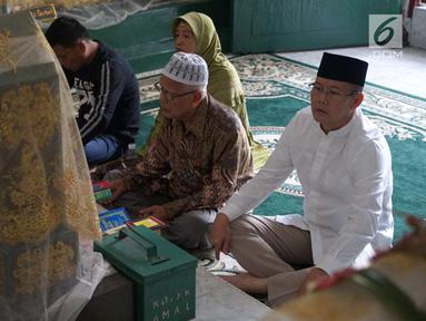 Bakal calon gubernur Saifudin Aswari Rivai berdoa saat ziarah ke makam Sultan Mahmud Badaruddin di Palembang, Sumatera Selatan, Jumat (26/1). Menurutnya, sultan yang pernah memimpin Kerajaan Sriwijaya itu adalah panutannya. (Liputan6.com/Aswari)