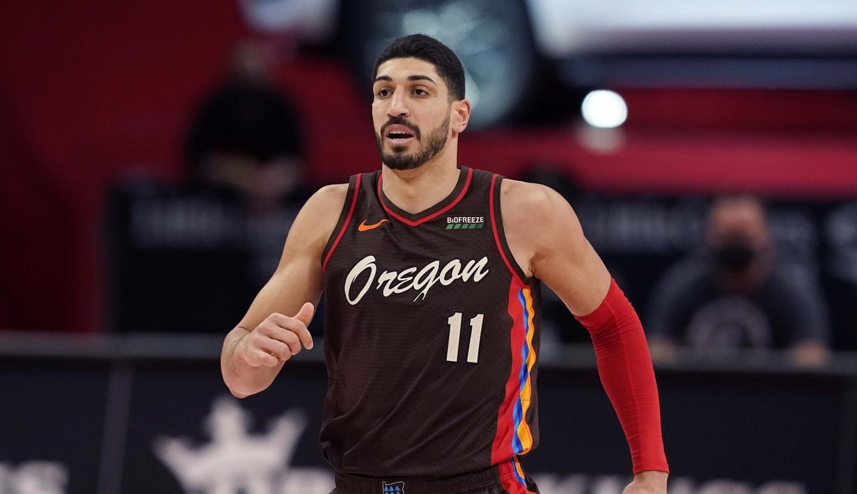 Enes Kanter, pebasket NBA asal Turki yang bermain untuk klub Portland Trail Blazers merupakan seorang keturunan muslim Turki yang lahir di Swiss. Sebagai seorang pebasket profesional, Kanter juga merupakan sosok yang taat beragama. (Foto: AP/Carlos Osorio)