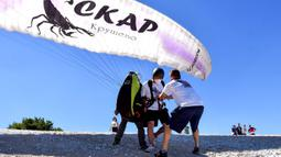 Orang-orang bersiap terbang dengan paralayang dalam kegiatan luar ruangan dekat Krusevo, Makedonia Utara, pada 2 Agustus 2020. (Xinhua/Tomislav Georgiev)