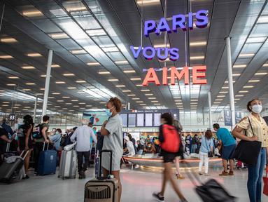 Para penumpang mengenakan masker terlihat di terminal keberangkatan Bandara Orly Paris, Prancis (26/6/2020). Bandara Paris Orly dibuka kembali mulai Jumat (26/6) dengan layanan terbatas setelah hampir tiga bulan ditutup karena krisis kesehatan akibat pandemi COVID-19. (Xinhua/Aurelien Morissard)