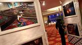 Pengunjung melihat Foto para Finalis ajang Penganugrahan Praja 2018, Jakarta, Kamis (16/11). Dalam kesempatan tersebut Praja meluncurkan  Pracico Privilege,  kartu keanggotaan pada koperasi simpan pinjam Pracico Inti Sejahtera. (Liputan6.com/Johan Tallo)