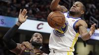 Pemain Golden State Warriors, Andre Iguodala (kanan) berebut bola dengan pemain Cavaliers, LeBron James (23) pada lanjutan NBA basketball game di Quicken Loans Arena, Cleveland, (15/1/2018). Warriors menang 118-108. (AP/Tony Dejak)
