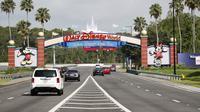 Pemandangan pintu masuk taman hiburan Walt Disney World pada 11 Juli 2020 di Lake Buena Vista, Florida, Amerika Serikat. (OCTAVIO JONES / GETTY IMAGES NORTH AMERICA / GETTY IMAGES VIA AFP)