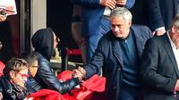 Mantan pelatih Manchester United Jose Mourinho (kanan) berjabat tangan dengan mantan pesepak bola Nicolas Anelka saat nonton Ligue 1 antara Lille melawan Montpellier di Stadion Pierre Mauroy, Villeneuve-d'Ascq, Prancis, Minggu (17/2).(Philippe HUGUEN/AFP)