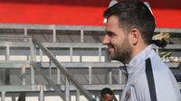 Simon McMenemy ditemani Yeyen Tumena hadir dalam sesi latihan Timnas Indonesia U-22 di Lapangan AIA, Phnom Penh, Kamboja, Kamis (21/2/2019). (Bola.com/Zulfirdaus Harahap)