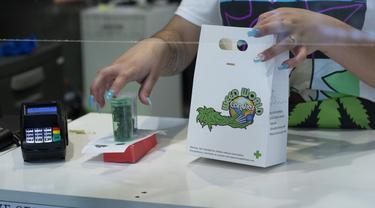 Pelanggan membeli persediaan mariyuana di toko Weed World di New York (31/3/2021). Parlemen New York mengesahkan undang-undang untuk melegalkan ganja bagi orang dewasa. (AFP/Kena Betancur)