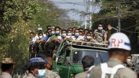 Para narapidana berada di atas truk saat pemberian amnesti yang menandai peringatan 74 tahun Hari Persatuan Myanmar di penjara Insein di Yangon, Myanmar(12/2/2021). Pemberian amnesti tersebut dilakukan saat Myanmar ramai mengenai penangkapan pemimpin sipil Myanmar, Aung San Suu Kyi. (AP Photo)
