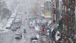 Suasana arus lalu lintas saat badai salju di distrik Brooklyn, New York (21/3). Badai salju yang melanda sebagian Amerika Serikat telah membawa salju dan angin kencang. (AP Photo / Mary Altaffer)