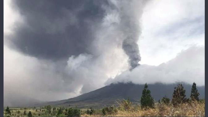 Sejak pagi hingga malam Gunung Soputan meletus keluarkan abu vulkanik setinggi 4.000-6.000 meter keluarkan. (Foto: Twitter Sutopo Purwo Nugroho)