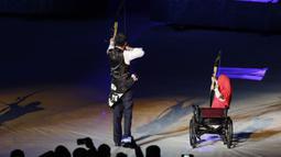 Presiden Indonesia, Joko Widodo, bersama penyandang disabilitas memanah tugu saat pembukaan Asian Para Games di SUGBK, Jakarta, Sabtu (06/10/2018). Acara tersebut dimeriahkan dengan aksi para penyandang disabilitas. (Bola.com/M Iqbal Ichsan)