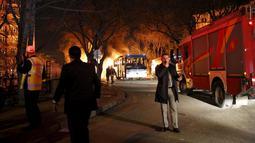 Kendaraan pemadam terlihat di lokasi ledakan bom mobil di Ankara, Turki, Rabu (17/2). Bom mobil yang meledak ketika iring-iringan bus militer tengah lewat tersebut menewaskan sedikitnya 28 orang.  (REUTERS/Mustafa Kirazli/Cihan News Agency TURKEY OUT)