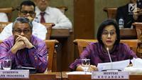 Menteri Keuangan Sri Mulyani Indrawati (kanan) bersama Gubernur BI Perry Warjiyo mengikuti rapat kerja dengan Komisi XI DPR RI di Kompleks Parlemen, Senayan, Jakarta, Senin (17/6/2019). Raker tersebut membahas mengenai asumsi dasar makro dalam RAPBN 2020. (Liputan6.com/Johan Tallo)