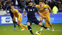 Pemain depan Prancis Olivier Giroud saat mengeksekusi penalti ke gawang Moldova pada pertandingan Grup H Kualifikasi Piala Eropa 2020 di stade Stade de France, di Saint Denis, utara Paris (14/11/2019). Prancis menang tipis atas Moldova 2-1. (AP Photo/Francois Mori)