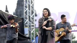 Penyanyi Sita Nursanti saat membawakan lagu selama Prambanan Jazz Festival 2019 di Pelataran Candi Prambanan, Yogyakarta, Sabtu (6/7/2019). Prambanan Jazz Festival 2019 menjadi ajang reuni bagi Rida Sita Dewi setelah dua tahun tidak manggung bersama. (Fimela.com/Bambang E.Ros)