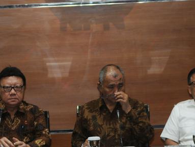 Menteri Dalam Negeri Tjahjo Kumolo bersama Ketua KPK Agus Rahardjo dan Sekretaris Menteri PAN-RB, Dwi Wahyu Atmaji memberikan keterangan terkait banyaknya anggota DPRD yang terlibat kasus korupsi, di Jakarta, Selasa (4/9). (Merdeka.com/Dwi Narwoko)