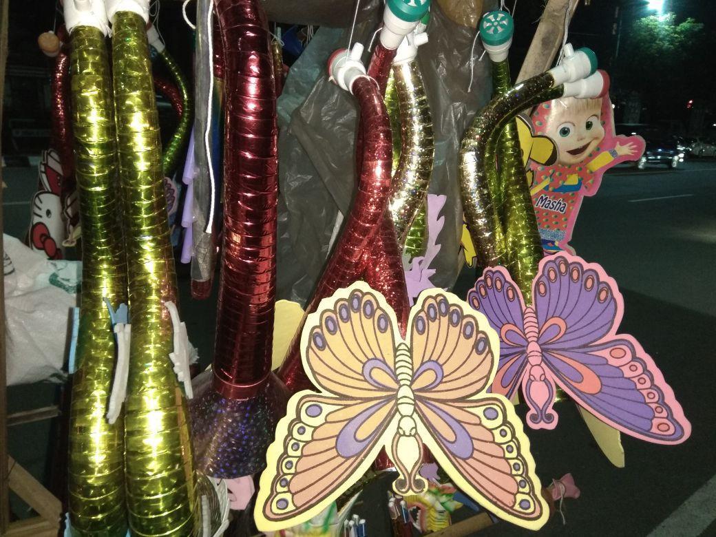 Terompet bentuk kupu-kupu buatan tangan harus bersaing dengan terompet pabrikan yang lebih sederhana. (foto: Liputan6.com/ibra/edhie prayitno ige)