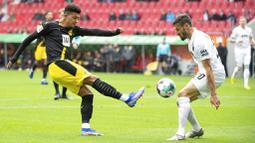 Pemain Borussia Dortmund, Jadon Sancho, melepaskan tendangan saat melawan Augsburg pada laga Bundesliga, Minggu (27/9/2020). Augsburg menang dengan skor 2-0. (Matthias Balk/dpa via AP)