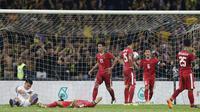Kapten timnas indonesia, Evan Dimas, memberikan semangat kepada rekannya usai kebobolan dari Malaysia pada laga semifinal Sea Games 2017 di Stadion Shah Alam, Selangor, Sabtu (26/8/2017). Malaysia menang 1-0 atas Indonesia. (Bola.com/Vitalis Yogi Trisna)