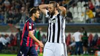 Striker Juventus, Gonzalo Higuain, tampak kecewa usai gagal membobol gawang Crotone pada laga Serie A di Stadion Ezio Scida, Kamis (19/4/2018). Juventus ditahan imbang 1-1 oleh Crotone. (AFP/Giovanni Isolino)