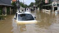 Kondisi mobil yang terseret arus banjir di perumah Ciledug Indah, Tangerang, Banten, Kamis (2/1/2020). (Liputan6.com/Angga Yuniar).