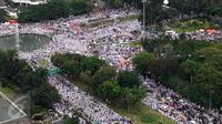 Foto yang diambil dari Gedung Kementerian BUMN memperlihatkan peserta demo 2 Desember memadati kawasan Bundaran Patung Kuda, Jakarta Pusat, Jumat (2/12). Mereka akan berkumpul dengan massa lainnya di Monas pada Aksi Damai 212. (Liputan6.com/Fery Pardolo)