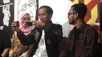 Gaya Jokowi Membandingkan Dua Kopi yang Dipesannya di Angkringanku (Foto: Istimewa)