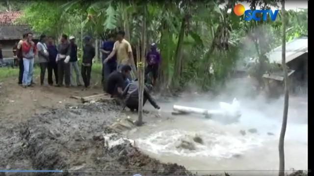 Air ini muncul saat sedang melakukan pengeboran tanah untuk mendapatkan air bersih bagi warga.