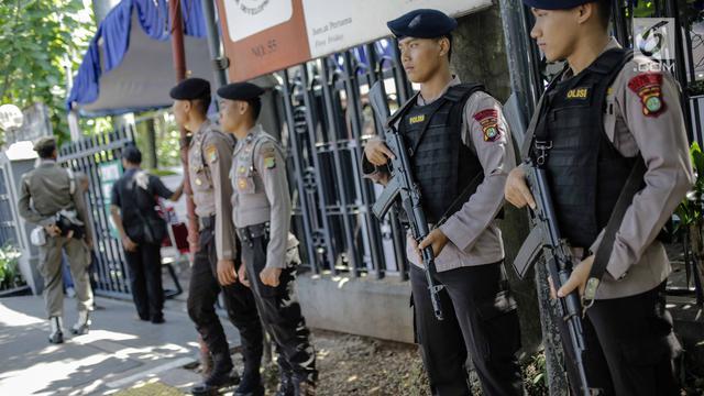 Polisi Bersenjata Lengkap Jaga Jumat Agung di Gereja Katedral Jakarta