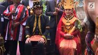 Kahiyang Ayu mengenakan Bulang dan Bobby mengenakan Harupa dalam pesta pernikahan adat (Dok. Istimewa)