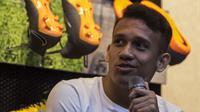 Pesepak bola, Egy Maulana menjawab pertanyaan wartawan saat peluncuran Nike Born Mercurial 360 di Fisik Football, Jakarta, Rabu (7/3/2018). Nike merilis model terbaru Nike Mercurial Superfly dan Vapor 360. (Bola.com/Vitalis Yogi Trisna)