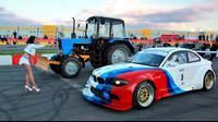 Tentu saja BMW yang bertenaga besar itu menang mudah melawan traktor yang lambat