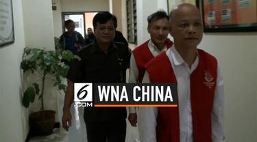 Dua WNA China nekat merampok sebuah toko emas di Bekasi. Akibat perbuatannya, mereka dituntut satu tahun penjara.