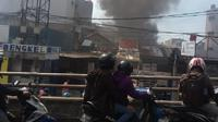 Kebakaran ini juga menjadi tontonan pengendara sepeda motor yang melintas di kawasan tersebut. (@ekstratime)
